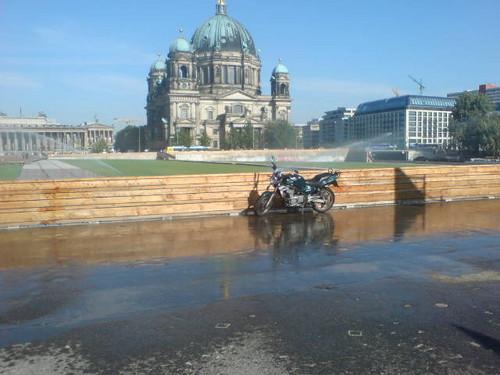 gesprengtes motorrad vor berliner dom