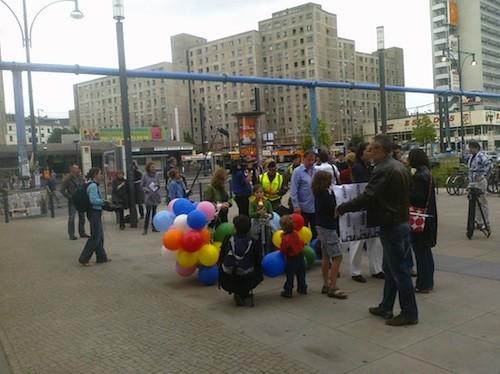 presse, polizei, stative und ein paar demonstranten f�r gauck