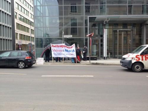 demo gegen den abbau von netzneutralit�t, �h personal vor der telekom-hauptstadtrepr�sentanz