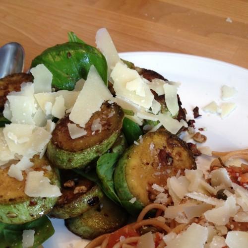 zuccini-haselnuss-salat (mit spagetti-reste-essen)