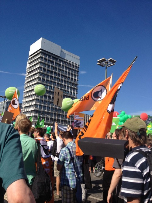 piraten fahnen am alexanderplatz