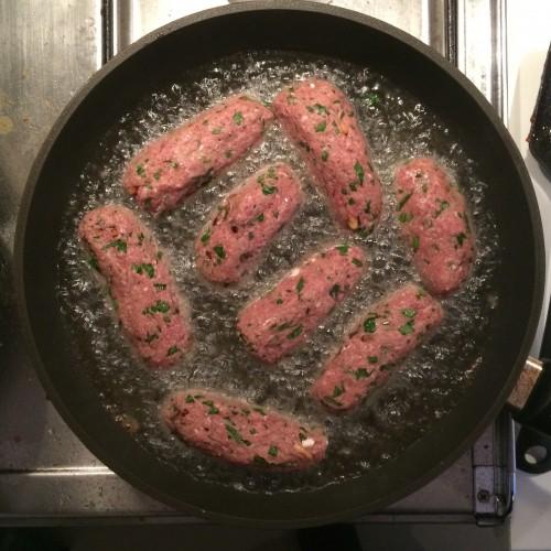 lammkebabteig aus rindfleisch in der pfanne