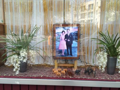 die deko eines thai-massage-ladens erinnerte mich an die schaufenster deko eines thai-friseurs