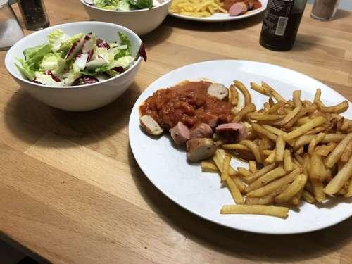 currywurst mit pommes (und salat)