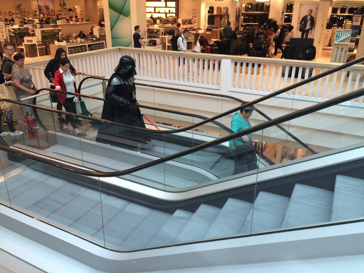 darth vader in der galeria kaufhof am alexanderplatz
